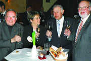 Ein Prosit auf 2009: OM Manfred Kerschbaum, Günther Beckstein mit Gattin Marga und EOM Karl Pabst (von rechts).
