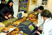 Nicht alle Mitarbeiter nehmen es mit dem Geld so genau, wie die auf unserem Foto. Trotz moderner Kassentechnik finden Verkäufer/innen mit krimineller Energie Mittel und Wege, einen Teil der Einnahmen abzuzweigen.