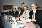 Am Vorstandstisch: Geschäftsführer Heinz Essel, Obermeister Jan-Henning Körner, Kassenwart Dirk Hansen, Schriftführer Ronald Bartels und Lehrlingswart Heinrich Wulf-Raczka (v.r.)