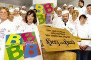 21 Hamburger Betriebsinhaber haben gemeinsam mit der Bäckerinnung Hamburg eine Qualitätsoffensive gestartet und sich mit ihren Meisterfrauen der Presse zum Gruppenbild gestellt.