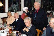 Bäckerfachvereinschef Werner Schnüll präsentiert seinen Kollegen stolz den Überschuss aus der Weihnachtsbackaktion.