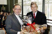 ZV-Präsident Peter Becker gab Festredner Dr. Norbert Walter-Borjans, Staatsekretär im Wirtschaftsministerium NRW auf der Eröffnungsveranstaltung einen Geschenkkorb.