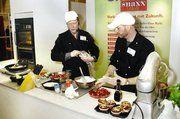Fred Westphal (l.) und Andreas Fischer von der Bäckerfachschule Hannover zeigten, wie in Minutenschnelle appetitliche moderne Snacks vor den Augen der Kunden produziert werden.