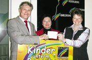 Bei der Scheckübergabe (von links): Kurt Fischer, Claudia Frank (beide Bäckerei Rothermel), Barbara Schlegel (Radio Regenbogen)
