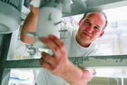 Bäckermeister Hans Gebert zeigt den Rotationsmischer des Mehlbenetzungssystems, das an eine  Siloanlage angekoppelt werden kann.