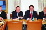 Bayerns Ernährungsminister Helmut Brunner (3. v. r.), mit (v. l.) den Landesinnungsmeistern Ilgenfritz (Brauer), Asemann, (Konditoren), Traublinger (Bäcker) und Kleeblatt (Metzger, 2. v. r.) sowie Geschäftsführer Rampl (Müller, r.).