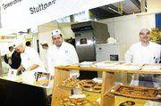Fachlehrer Jörg Sattur (rechts) und seine Schüler zeigten anhand von Flechttechniken das Handwerkskönnen des Bäckers während der Azubi-Tage.