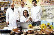 Bei der öffentlichen Brotprüfung der Bäckerinnung Günzburg-Krumbach (von links): Innungs-Ehrenmitglied Roland Eggstein, Obermeister Josef Wengenmayer, Brotprüfer Andreas Rott und Vorstandsmitglied Johann Kraus jun. Fot