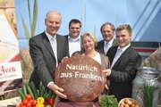Von links: Erlangens Oberbürgermeister Dr. Siegfried Balleis gratuliert der Unternehmerfamilie: Petra Beck, Dominik Beck, Siegfried Beck und AlexanderBeck.
