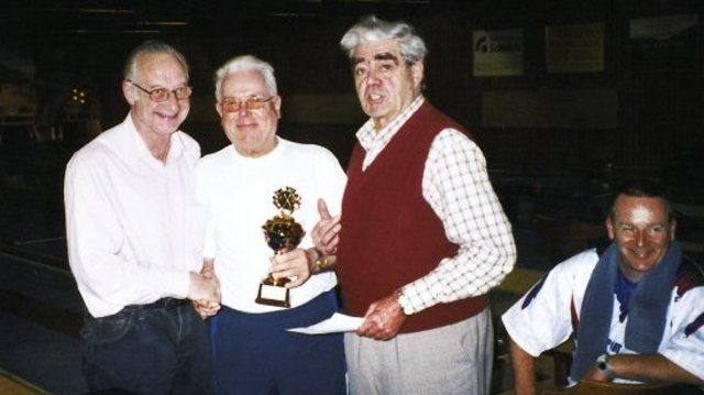 Dieter Lachmann (Mitte) nimmt den Pokal für sein Team entgegen. Links WBKV-Präsident Fritz Brückbauer, 2. von rechts Ehrenpräsident Erwin Arnold und Tagesbester Uwe Lachmann (rechts sitzend).  (Quelle: Fröhlich)