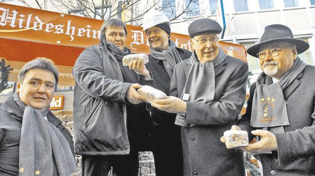 Die Gebrüder Höweling, Bischof Trelle und weitere Mitstreiter verkauften Stollen zur Sanierung des Hildesheimer Mariendoms.  (Quelle: Pusen)