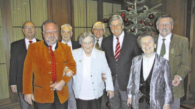 ZV-Präsident Peter Becker (3.v.r.) mit einigen Gästen der Seniorenweihnachtsfeier.  (Quelle: Fischer)