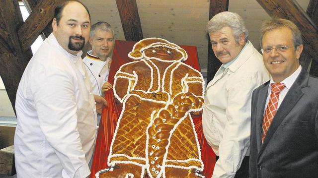 """Werner Henle, der Bürgermeister von Ötisheim, wurde mit dem """"Großen Dambedei"""" geehrt. Mit ihm freuten sich Wolfgang Braun, Martin Reinhardt und Matthias Burkert (von rechts) von der Innung Nordschwarzwald."""