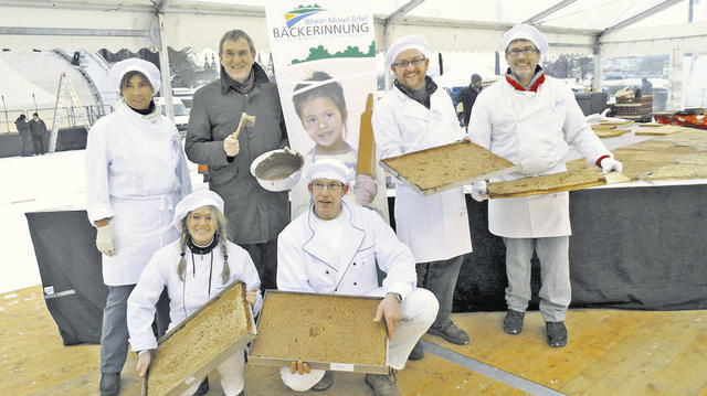 Alexander Baden, Hauptgeschäftsführer der Handwerkskammer Koblenz, im Kreise der Bäcker-Innung Rhein-Mosel-Eifel, die für einen neuen Weltrekord gesorgt hat.  (Quelle: HwK)