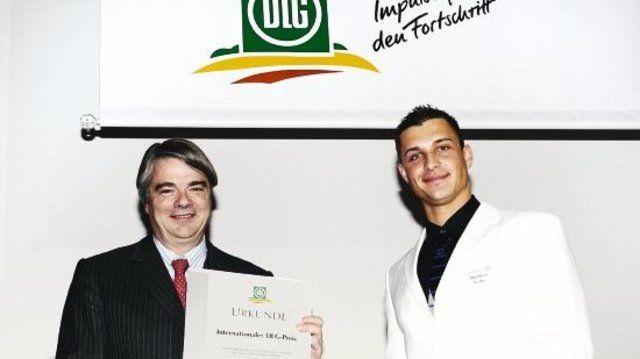 DLG-Präsident Philip Freiherr von dem Bussche (links) gratuliert Matthias Fröbe zum internationalen DLG-Preis.  (Quelle: DLG)