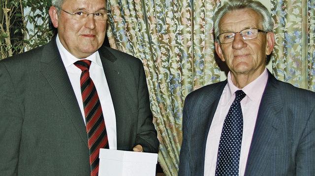 Obermeister Josef Magerl (links) und Innungsgeschäftsführer Hans Graf informierten unter anderem über das Innungsgeschehen im Jahr 2010.  (Quelle: Schuller)