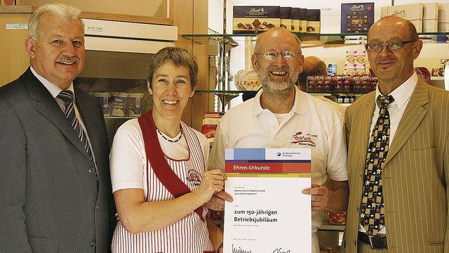 Im Namen der Handwerkskammer Reutlingen gratulieren Kreishandwerksmeister Siegmund Bauknecht (links) und GF Karl Griener (rechts) den Eheleuten Rebholz zum großen Jubiläum.  (Quelle: Töpfer)