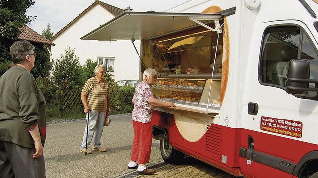 Pünktlich am gewohnten Standplatz: Auf 3,20 m Thekenlänge hat Reiner Stolzenberger das komplette Bäckerei- und Konditoreisortiment – auch gekühlt – dabei.  (Quelle: Werth)