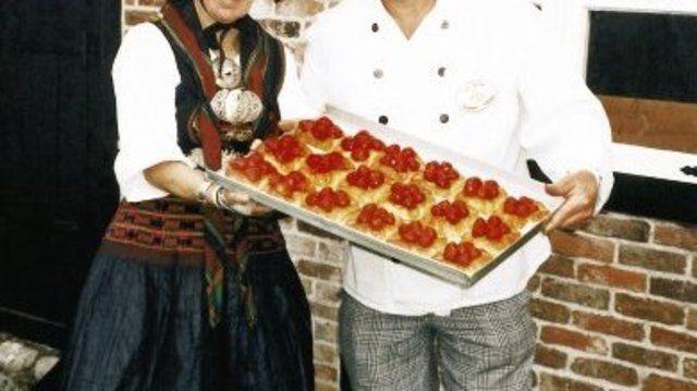 Zusammen mit einer Bäuerin in Vierländer Tracht präsentierte Bäckermeister Heinz Hintelmann vor dem Backhaus ein Blech mit köstlichen Erdbeer-Kopenhagenern.  (Quelle: Fischer)