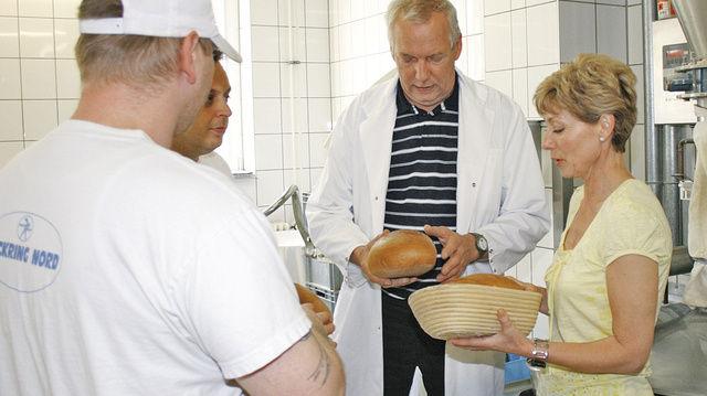 Bäckermeister Heinrich Callies und Lehrerin Jutta Schulz erklären den Häftlingen den Zusammenhang zwischen Backvorgang und Krumenstruktur.  (Quelle: Schwittay)