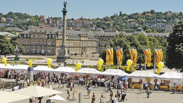 Stuttgarter Brotmarkt: Einmal im Jahr installieren die Stuttgarter Kollegen auf dem Schlossplatz die größte Brottheke der Schwabenmetropole.  (Quelle: Fischer)