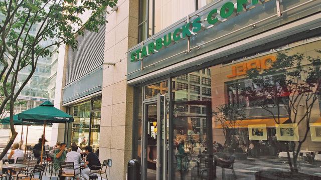 Soll künftig auch für Autofahrer gut erreichbar sein: Starbucks will im nächsten Jahr mit Drive-In-Filialen in Deutschland starten.  (Quelle: Archiv)
