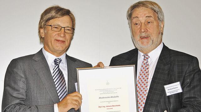 Sein Rat wird in der Branche geschätzt: Dipl. Ing. Johann Berchtold erhält die Auszeichnung von AGF-Vize-Präsident Heribert Kamm.  (Quelle: Kauffmann)