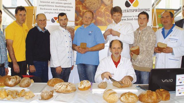 Schulleiter Ludwig Ecker, stellv. OM Anton Eicher (von rechts) und Brotprüfer Manfred Stiefel (vorne) freuten sich über die hohe Qualität der Backwaren.