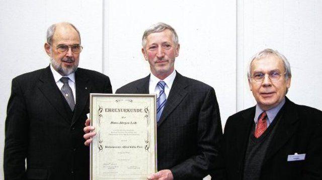 Mit dem Bäckermeister-Alfred-Kühn-Preis wurde Hans-Jürgen Leib, Gründer des BioBackhauses von Prof. Dr. Klingler (r.) und Prof. Dr. Meuser (l.) geehrt.  (Quelle: Schlag)
