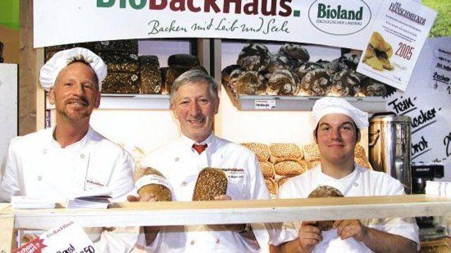 Das Messeangebot der BioBackhaus GmbH setzte auf gesunde, weil ballastreiche Vollwertvarianten. Das Standteam mit Manfred Höller, Firmenchef Hans-Jürgen Leib und Heino Mühlich (v.l.) war stets zum Kundengespräch bereit.