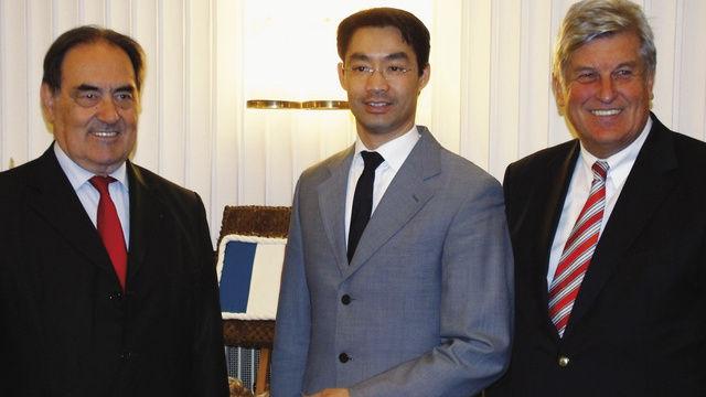 Gemeinsame Grundpositionen (von links): Jean-Pierre Crouzet, Präsident des französischen Bäckerverbandes, Bundeswirtschaftsminister Dr. Philipp Rösler und ZV-Präsident Peter Becker.  (Quelle: Schlag)