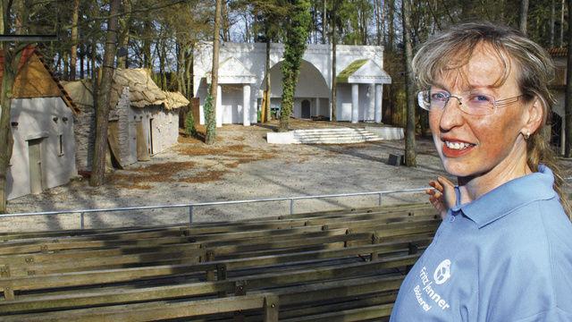 Birgit Jenner zeigt stolz ihre geliebte Waldbühne, auf der sie schon in vielen Rollen geglänzt hat.  (Quelle: Liebig-Braunholz)