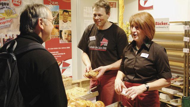 Konnten die nachhaltig hergestellten Backwaren schmackhaft machen: Bäckermeister Markus Hönnige und Martina Hecker von der Erzeugergemeinschaft Kraichgau-Korn.  (Quelle: Kauffmann)