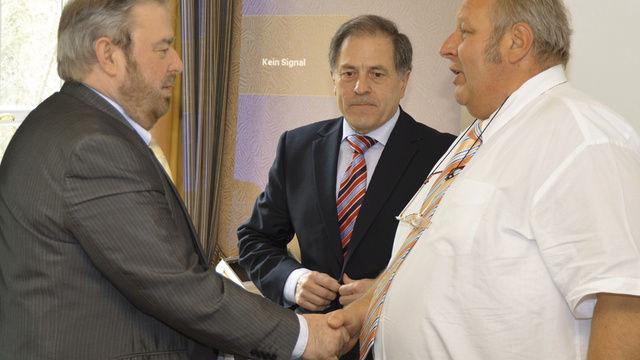 LIM Wolfgang Laudenbach (von rechts) und Verbandsgeschäftsführer Helmut Münch dankten MdL Heinz Untermann (FDP) für seine kritischen Anmerkungen zur Novelle des Thüringer Ladenöffnungsgesetzes.  (Quelle: Salden)