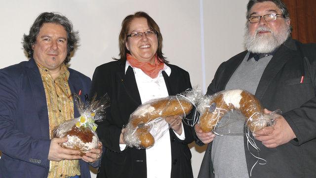 Öffentlichkeitsbeauftragter Hans-Jörg Kleinbauer, Verbandsgeschäftsführerin Sabine Hensler und Landesinnungsmeister Roland Schaefer präsentieren das Saarland-Brot und animierten die Kollegen, mit dieser Kreation bei den Kunden zu punkten.  (Quelle: Wolf)