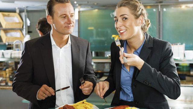 Egal ob bei Bäcker, Metzger oder an der Imbissbude, beim Verzehr an Stehtischen gilt der ermäßigte Steuersatz.