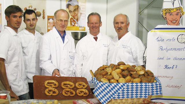Informierten über Ausbildungsmöglichkeiten im Bäckerhandwerk (von rechts): Obermeister Egbert Windhager, Kreisgeschäftsführer Anton Steinberger, Hartmut Pötzsch, Stefan Wagner und Markus Windhager.  (Quelle: Maier)
