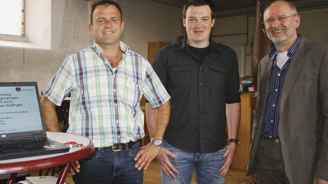 OM Gerold Rebholz (re.) dankt den Lebensmittelkontrolleuren Michael Ruhnau (li.) und Michael Buck für ihren informativen Beitrag.  (Quelle: Töpfer)