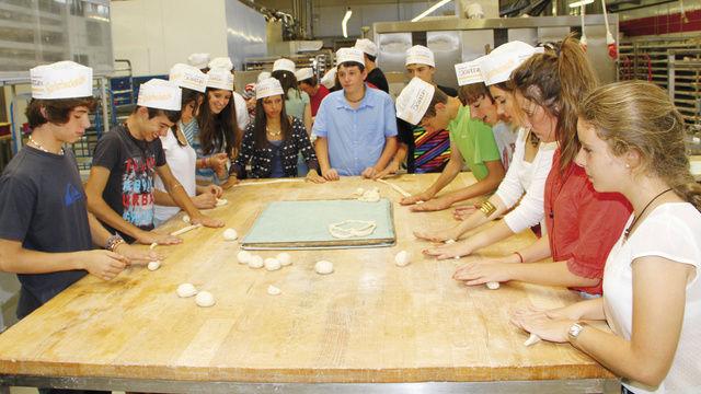 Einer der Höhepunkte des Aufenthalts der spanischen Austauschschüler in der Region war der Besuch in der Bäckerei Kotter.  (Quelle: Wittenzellner)