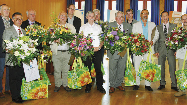 Auch langjährige und treue Mitglieder der Bäko wurden von Geschäftsführer Olaf Schütz (2. von rechts) auf der Versammlung geehrt.  (Quelle: dt-press)