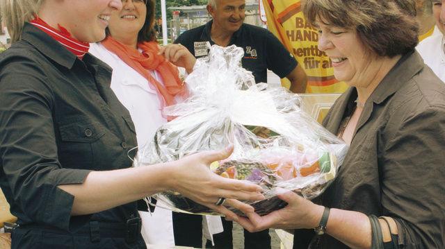 Übergabe des Hauptgewinns für das richtige Erkennen der Brot- und Weinsorten. Im Hintergrund links Verbands-Gf Sabine Hensler.
