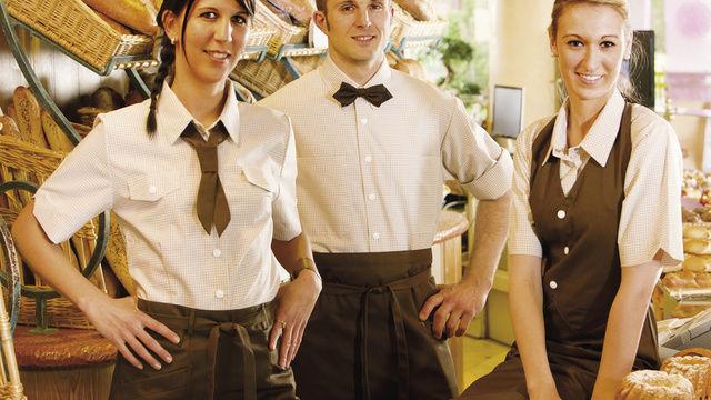 Ein sauberes Hemd, ein attraktiver Kittel und eine flotte Fliege – hier von Mewa – schmücken jede Servicekraft und begeistern die Kunden im direkten Kontakt
