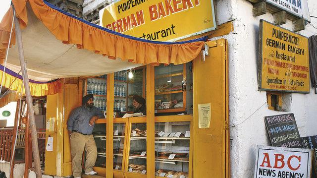 """Die """"Pumpernickel German Bakery"""" gibt es seit 20 Jahren. Hinter der Theke steht Turban- und Schnauzbartträger Rajinder Singh, ein indischer Sikh. Die Backwaren bringt ein Fahrradkurier.  (Quelle: Ziesche)"""