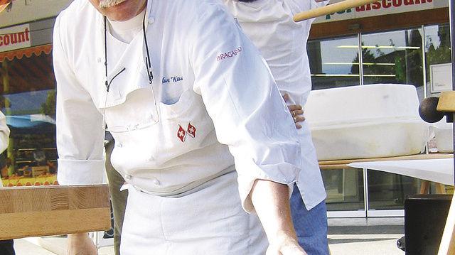 Handwerk, mal heiß, mal kalt: Als Bäcker wie als Eisbildhauer ist Kurt Wüst gut im Geschäft. Mit der beleuchteten Weihnachtskrippe vor dem Geschäft hat er sich einen Herzenswunsch erfüllt.  (Quelle: privat)