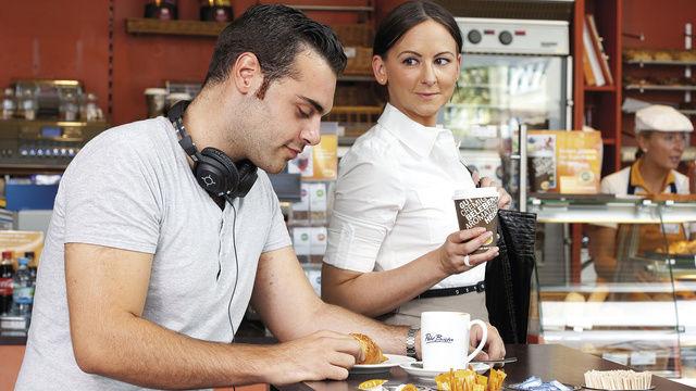 Ob in der Bäckerei oder Tankstelle: Männer trinken tendenziell häufiger Coffee-to-go als Frauen.  (Quelle: Aral)
