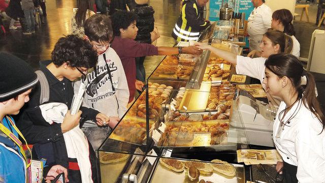Alle Hände voll zu tun: die Fachverkaufs-Azubis Christina Szabo und Alexandra Deinzer (r. v. vorn) an der Theke der Gläsernen Bäckerei.  (Quelle: Buchmann)