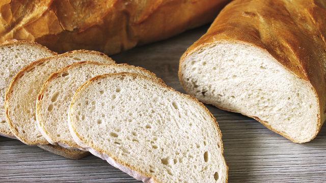 Auch normales Weizenbrot – nicht nur Baguette und Co. – sollte immer mit Weizenvorteig oder -sauerteig geführt werden: Eine gut bestreichbare Krume und eine verlängerte Frischhaltung sind handfeste Vorteile.  (Quelle: Kräling)