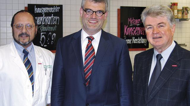 Johann Landstorfer, Boris Riemer und Heinrich Heller (von links) klären die rund 80 Teilnehmer (rechts) über den aktuellen Stand der Lebensmittelinformations-Verordnung auf.  (Quelle: Schuller)