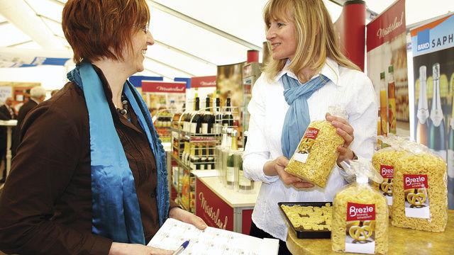Die Brezel als Nudel auch für Bäko-Kunden: Susanne Köngeter (l.) lässt sich von Johanna Altmann über das neue Produkt informieren.  (Quelle: Kauffmann)