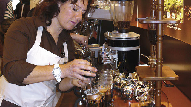 Handmade oder Hightech: Baristameisterin zelebriert die Kaffeeherstellung nach dem Frenchpress-System. Mit der Aguila und Pads lassen sich zahlreiche Spezialitäten per Knopfdruck produzieren.  (Quelle: Wolf)